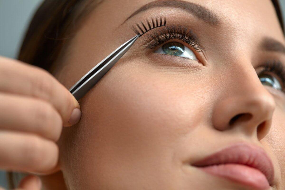 how to apply fake eyelashes
